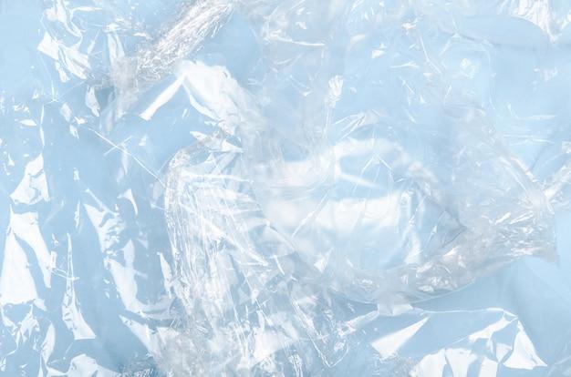 Involucro di plastica, sacchetti, polipropilene, imballaggi in polietilene su sfondo blu.