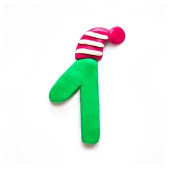 Plastilina verde numero uno nel berretto invernale rosso a strisce su sfondo bianco