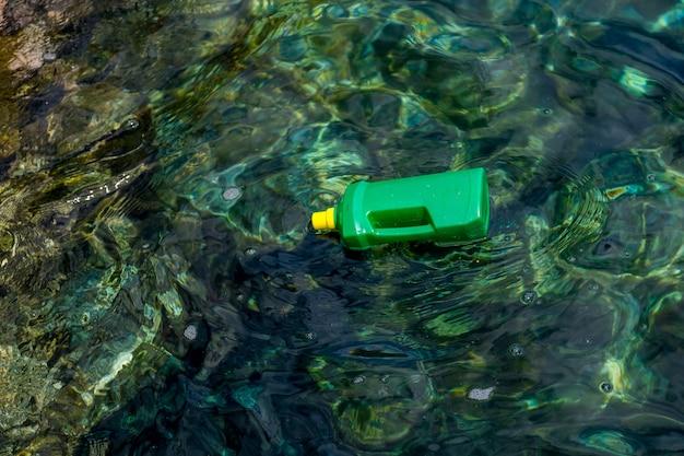 Bottiglie di plastica e plastica in mare con acqua molto pulita e cristallina