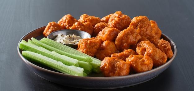 Piatto di ali di pollo disossate con salsa di bufala e coste di sedano