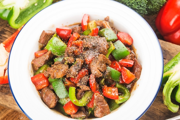 Piatto di cubetti di manzo fritto con pepe verde