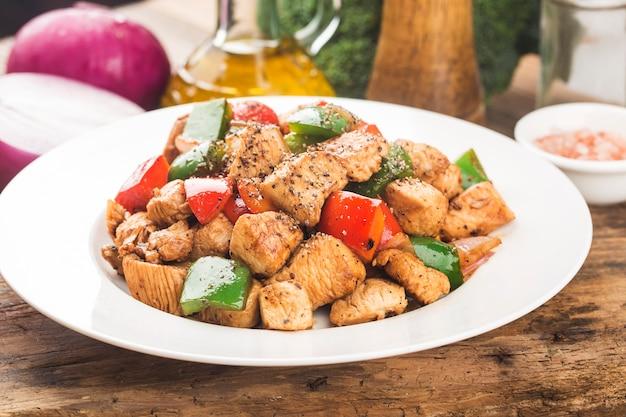 Piatto di petto di pollo fritto con pepe colorato