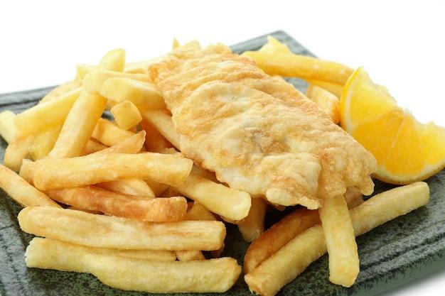 Piatto di pesce fritto e patatine fritte isolato su bianco