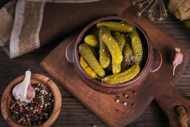 Piatto di cetriolini, cetrioli sottaceto su fondo di legno rustico. mangiare pulito, concetto di cibo vegetariano
