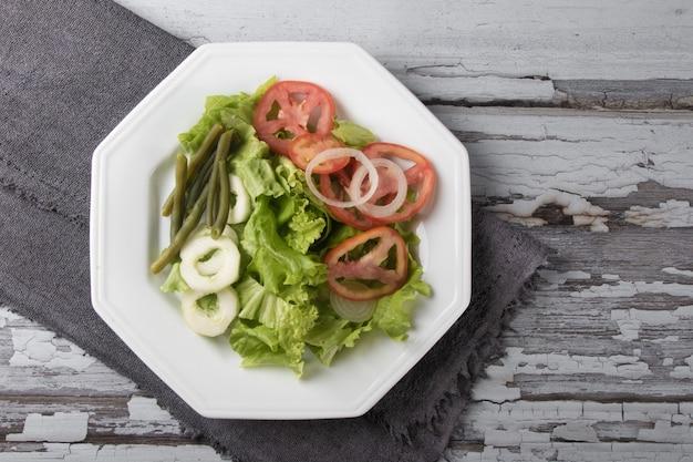 Piatto di cibo sano con vista dall'alto di insalata di lattuga.