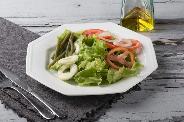 Piatto di cibo sano con insalata di lattuga.
