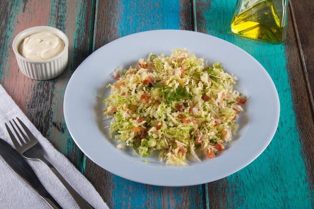 Piatto di cibo vegano sano con insalata leggera.
