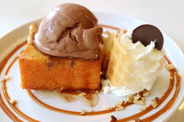 Piatto di pane tostato con sciroppo d'acero e burro di miele con gelato al cioccolato