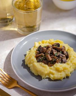 Piatto di purè di patate con funghi fritti e champignon. stile rustico, cibo semplice e leggero.