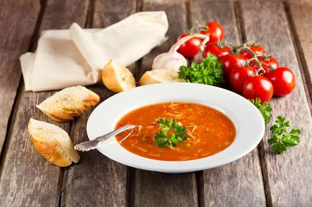 Piatto di minestrone sulla tavola di legno