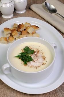 Piatto di zuppa di funghi purè di pane speziato crostini di pane