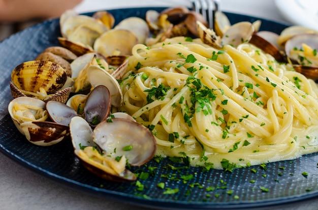 Un piatto di pasta con vongole e salsa o spaghetti alle vongole