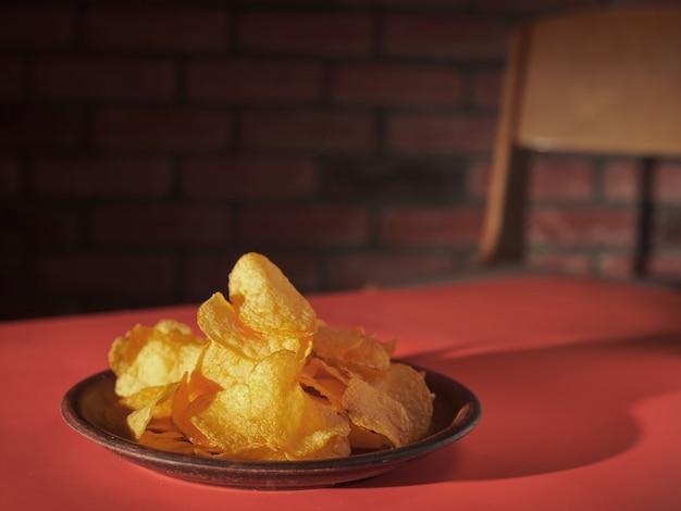 Un piatto di patatine su un tavolo rosso