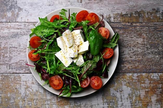 Un piatto di insalata. dieta sana. cibo primaverile.