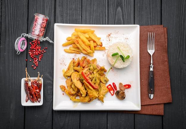 Un piatto di pollo al curry fatto in casa piccante in un ristorante
