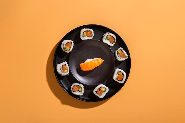Piatto di involtini di sushi con nigiri