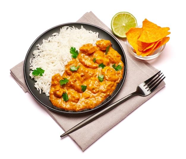 Piatto di pollo al curry tradizionale e nachos isolati