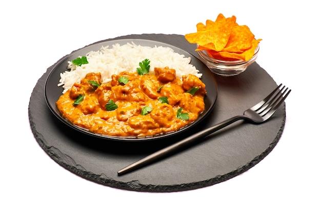 Piatto di pollo al curry tradizionale senza bordo di pietra che serve isolato