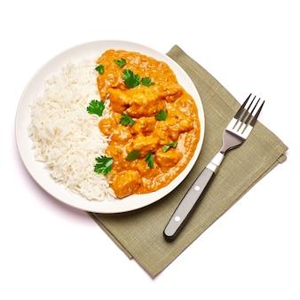 Piatto di pollo al curry tradizionale e riso isolato