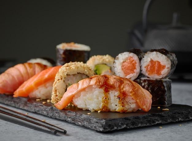 Piatto di vari sushi sul tavolo del ristorante, messa a fuoco selettiva
