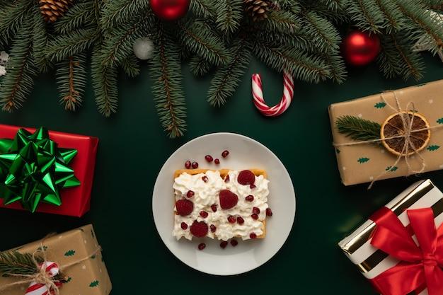 Un piatto di cialde con panna montata si trova sulla tavola di natale