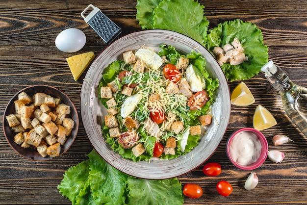 Piatto con insalata caesar e ingredienti