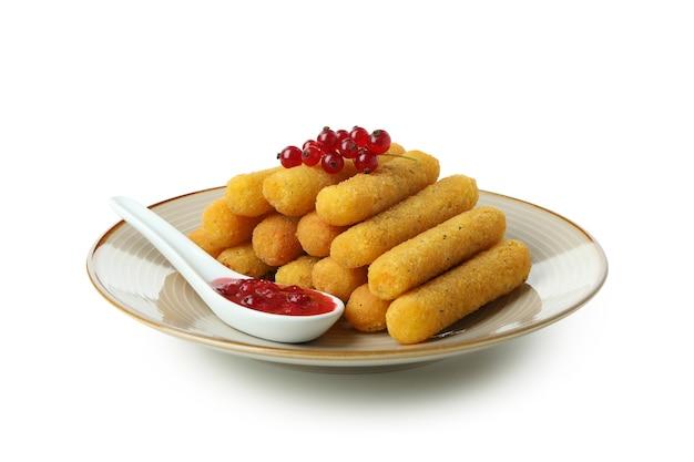 Piatto con bastoncini di formaggio e salsa di mirtilli rossi isolati su sfondo bianco