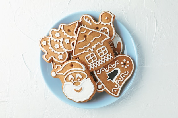 Zolla con i biscotti di natale sulla vista bianca e superiore. spazio per il testo