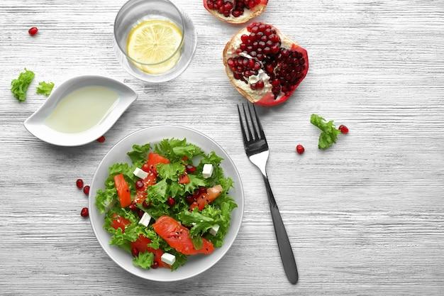 Piatto con insalata di salmone fresco sul tavolo