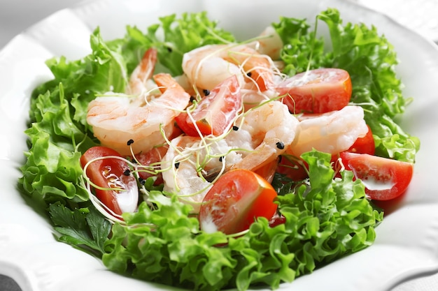 Piastra con insalata di gamberetti freschi e gustosi, primo piano
