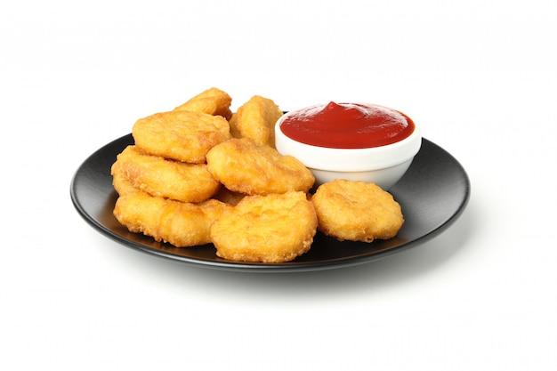 Piastra con pepite di pollo fritto e ketchup isolato