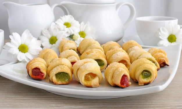 Piatto con croissant fatti in casa ripieni di gelatina colorata