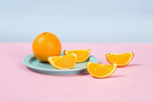 Piatto con fette d'arancia sul tavolo