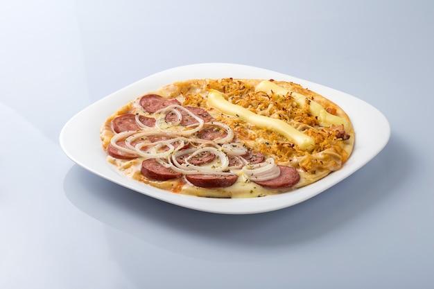 Piatto con pizza mezzo pollo con catupiry, metà salsiccia piccante con cipolle