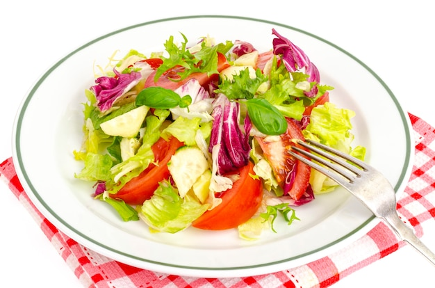 Piatto con insalata su tovaglia a quadretti