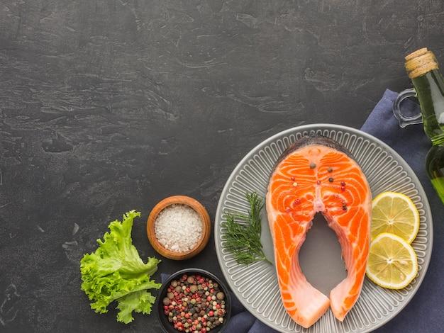 Piatto con cornice salmone e limone