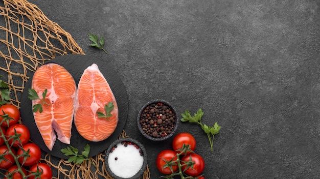 Piatto con salmone e pomodori su rete da pesca