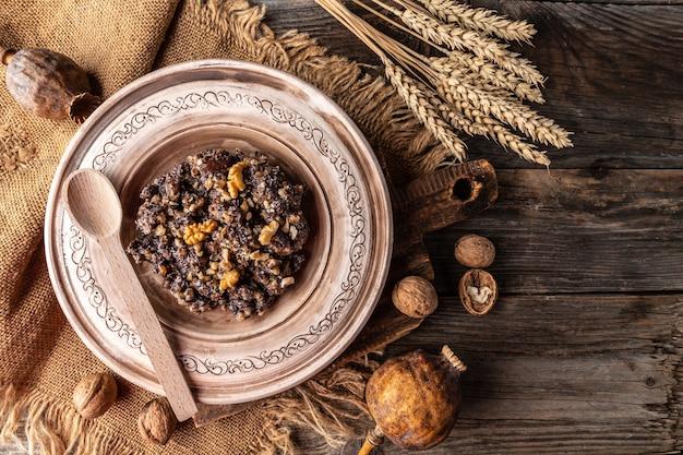 Piatto con cibo tradizionale di natale kutia piatto slavo. banner, menu, posto ricetta per testo, vista dall'alto