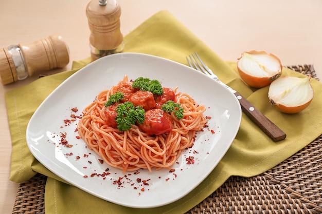 Piastra con spaghetti e polpette di carne sul tavolo. deliziose ricette di pasta