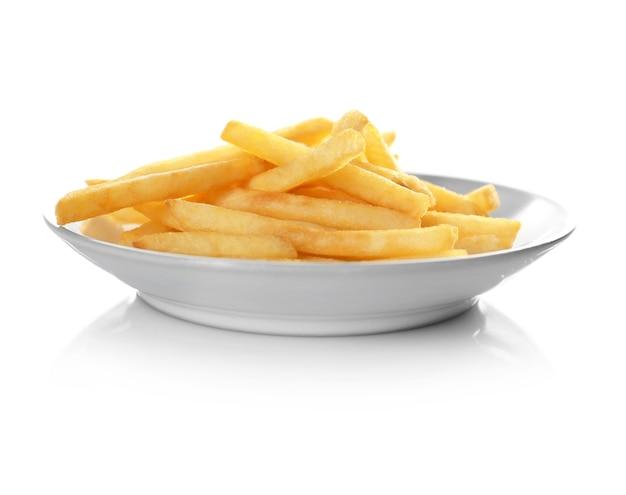 Piatto con gustose patatine fritte su sfondo bianco
