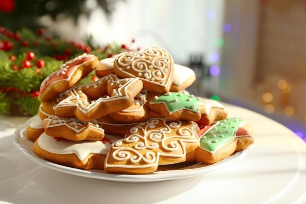 Piastra con gustosi biscotti di panpepato sul tavolo, vista ravvicinata