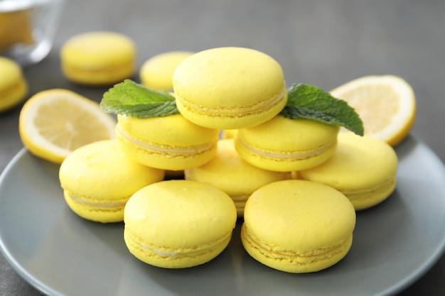 Piastra con gustosi macarons al limone fatti in casa sul tavolo