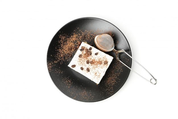 Piatto con tiramisù isolato su sfondo bianco. dessert gustoso