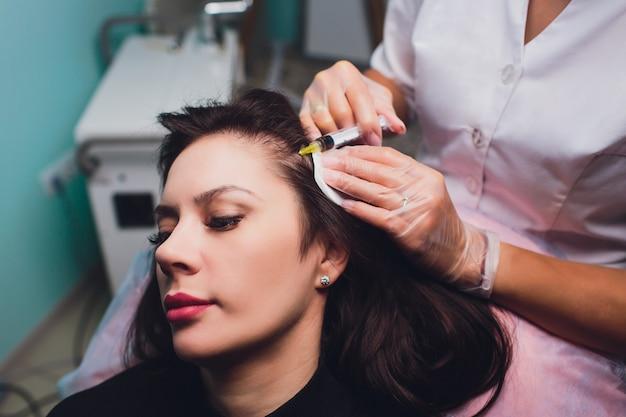 Procedura di iniezione di plasma ricco di piastrine. stimolazione della crescita dei capelli. processo di terapia prp.