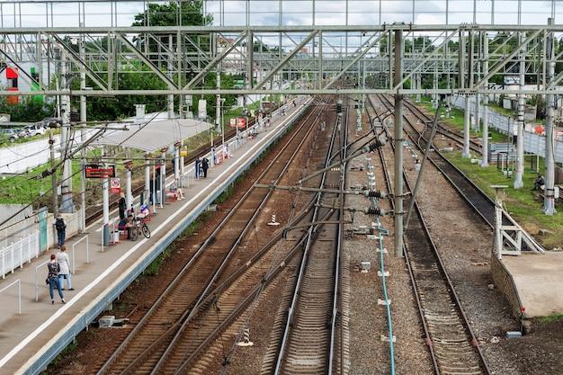 Una piattaforma con passeggeri sui binari della ferrovia. vista dall'alto. mosca, russia, 07-02-2021.
