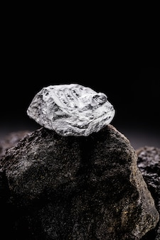 Pepita di platino in miniera di scavo, pietra preziosa, concetto di data mining