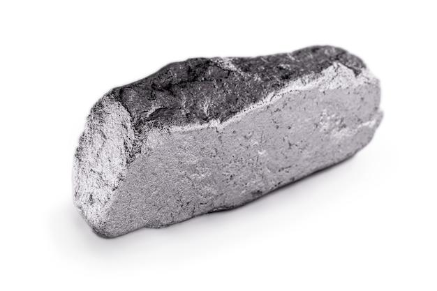 Pepita di platino su una superficie bianca isolata