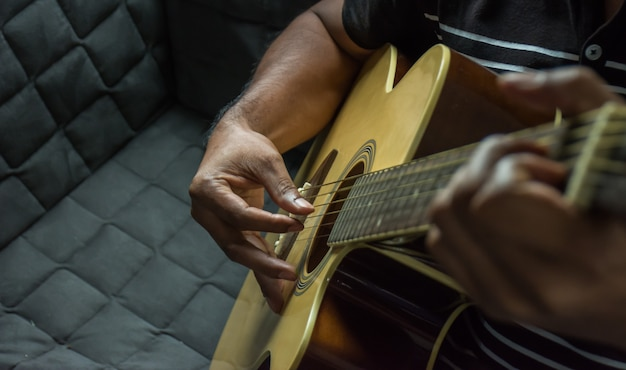 Suonare la chitarra.