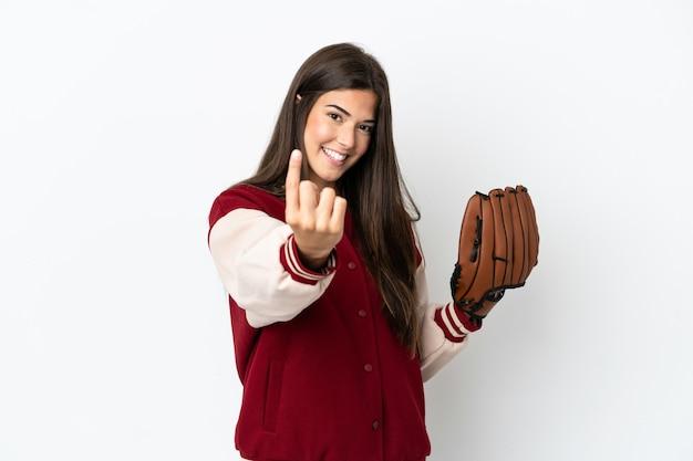 Giocatore donna brasiliana con guanto da baseball isolato su sfondo bianco facendo gesto venuta