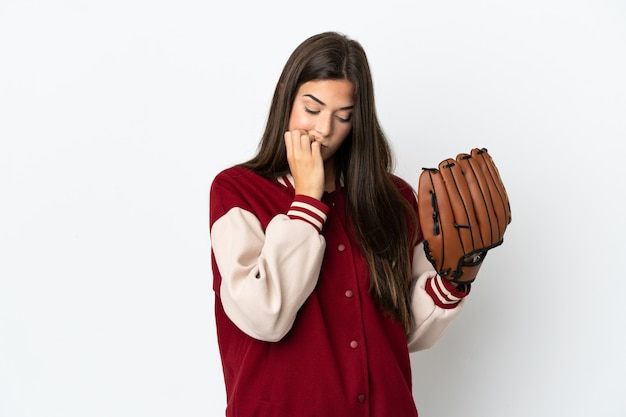 Giocatore donna brasiliana con guanto da baseball isolato su sfondo bianco avendo dubbi